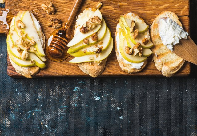 Crostini with pear, ricotta cheese, honey and walnuts